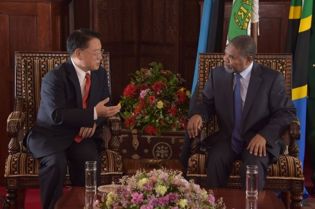 UNIDO Director General, LI Yong (left) with the President of Zanzibar, H.E. Ali Mohamed Shein (right)